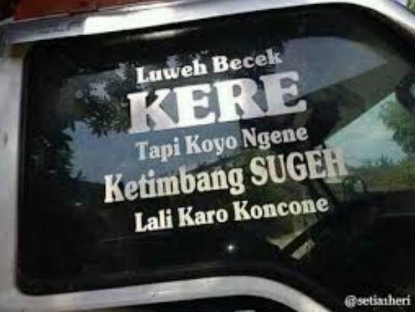 tulisan absurd belakang mobil  Istimewa