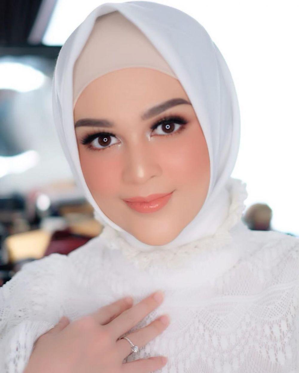 cut meyriska makeup tebal  Instagram