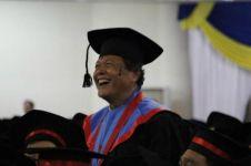 Kisah Soejoto, wisuda usia 71 tahun & raih predikat cumlaude