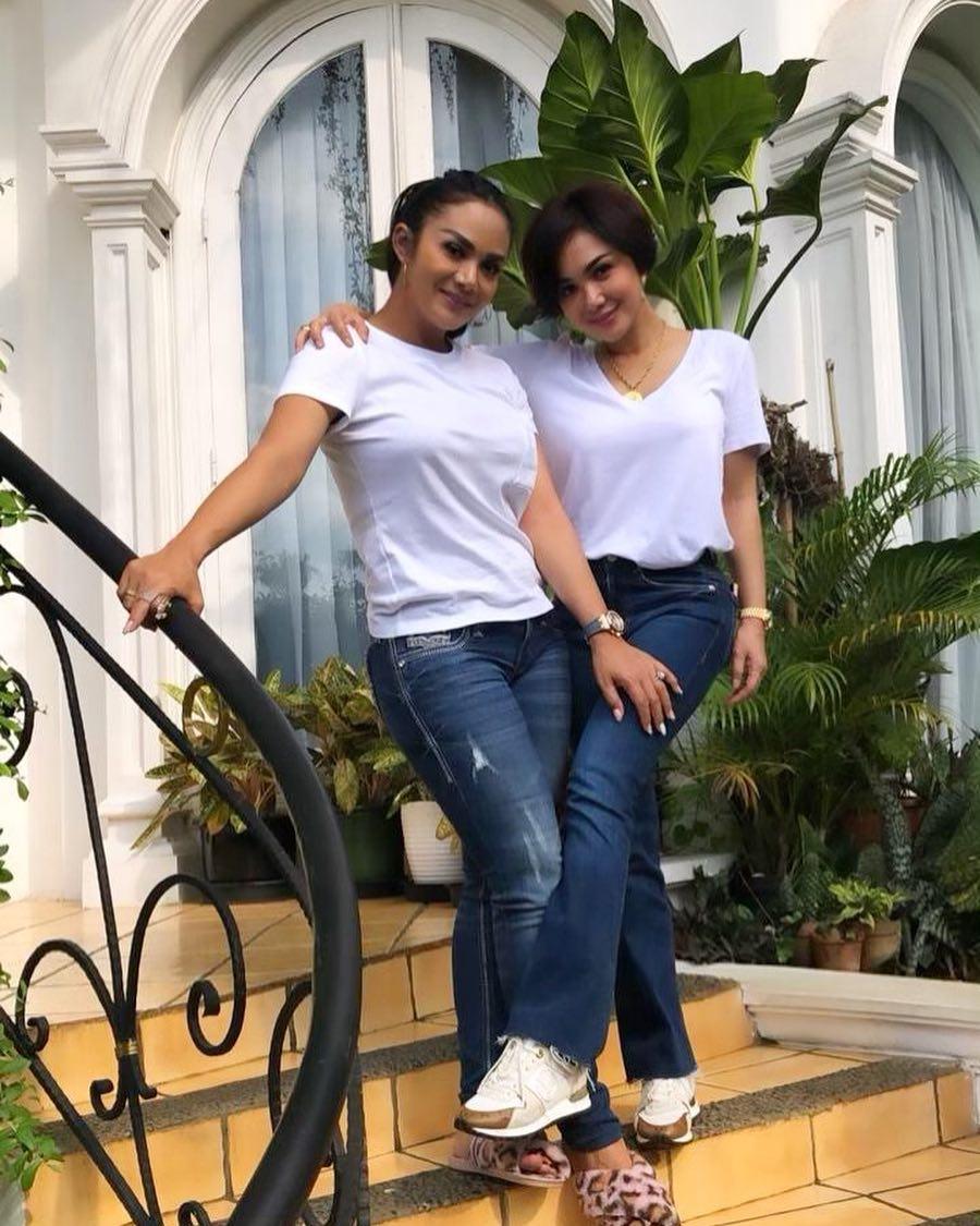 10 Padu padan kaus putih ala Yuni Shara istimewa