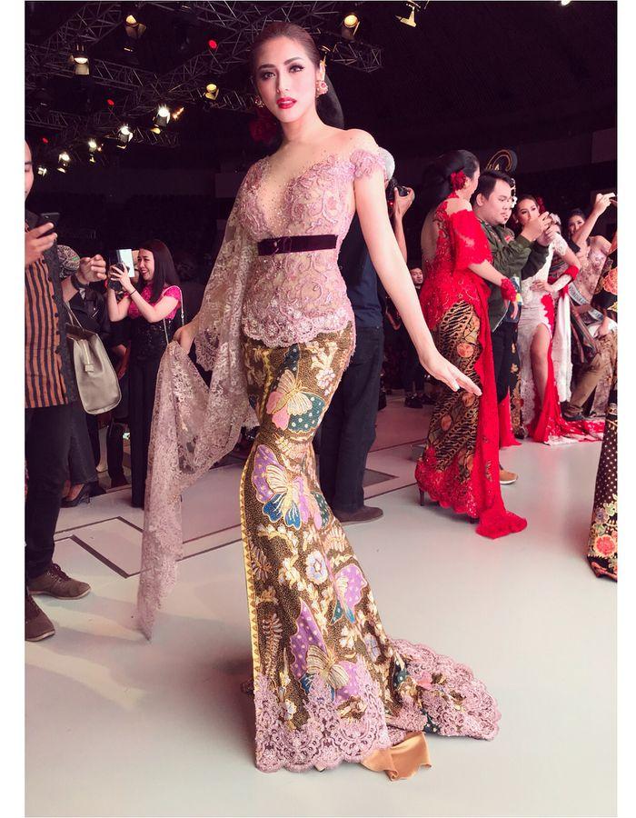 Gaya Jessica Iskandar kenakan kebaya Instagram