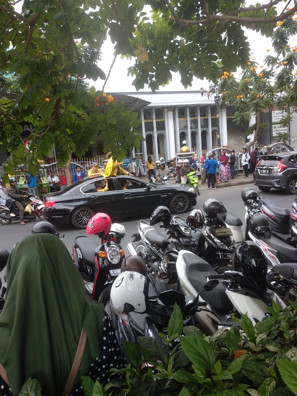 viral mahasiswa demo naik bmw © Twitter/@dengkulrezim & Twitter/@ZackyMochammed_