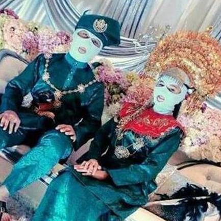 8 Potret penampilan pengantin tak biasa ini bikin melongo