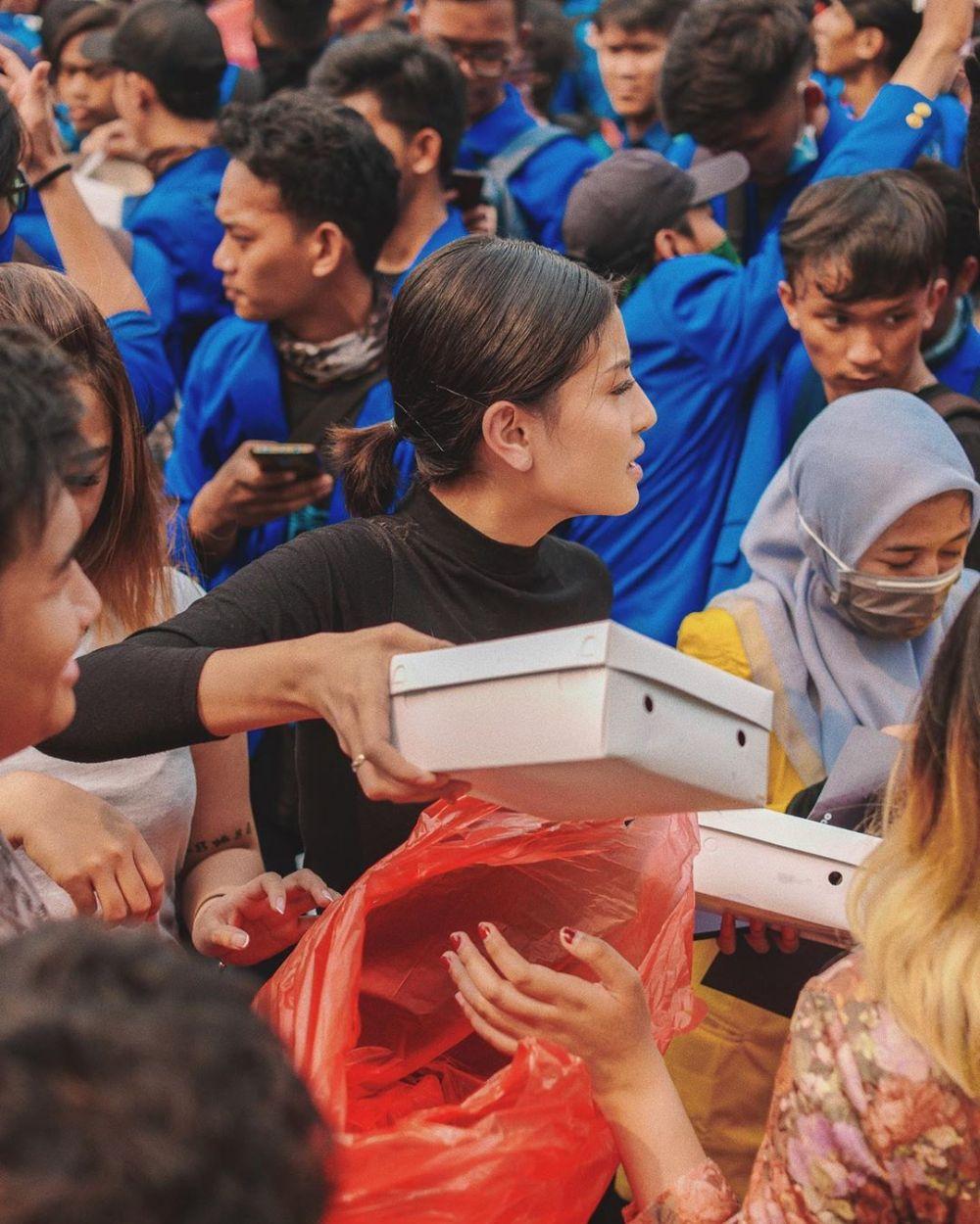 Aksi Awkarin bagikan 3000 nasi kotak, banjir pujian Instagram/@awkarin
