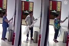 Lewat CCTV, orang-orang ini kepergok curi tisu dari toilet umum