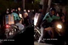 Viral driver ojek online bagikan minum ke mahasiswa demonstran