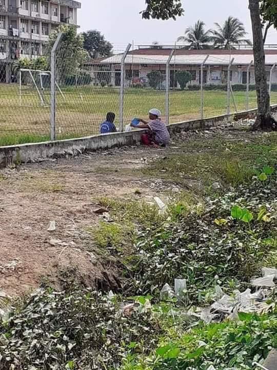potret nenek antar makan cucu di sekolah © Facebook/viralmalaysiaofficial