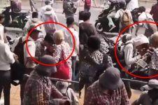Viral momen anak STM salim ke orang tua di lokasi demo, salut