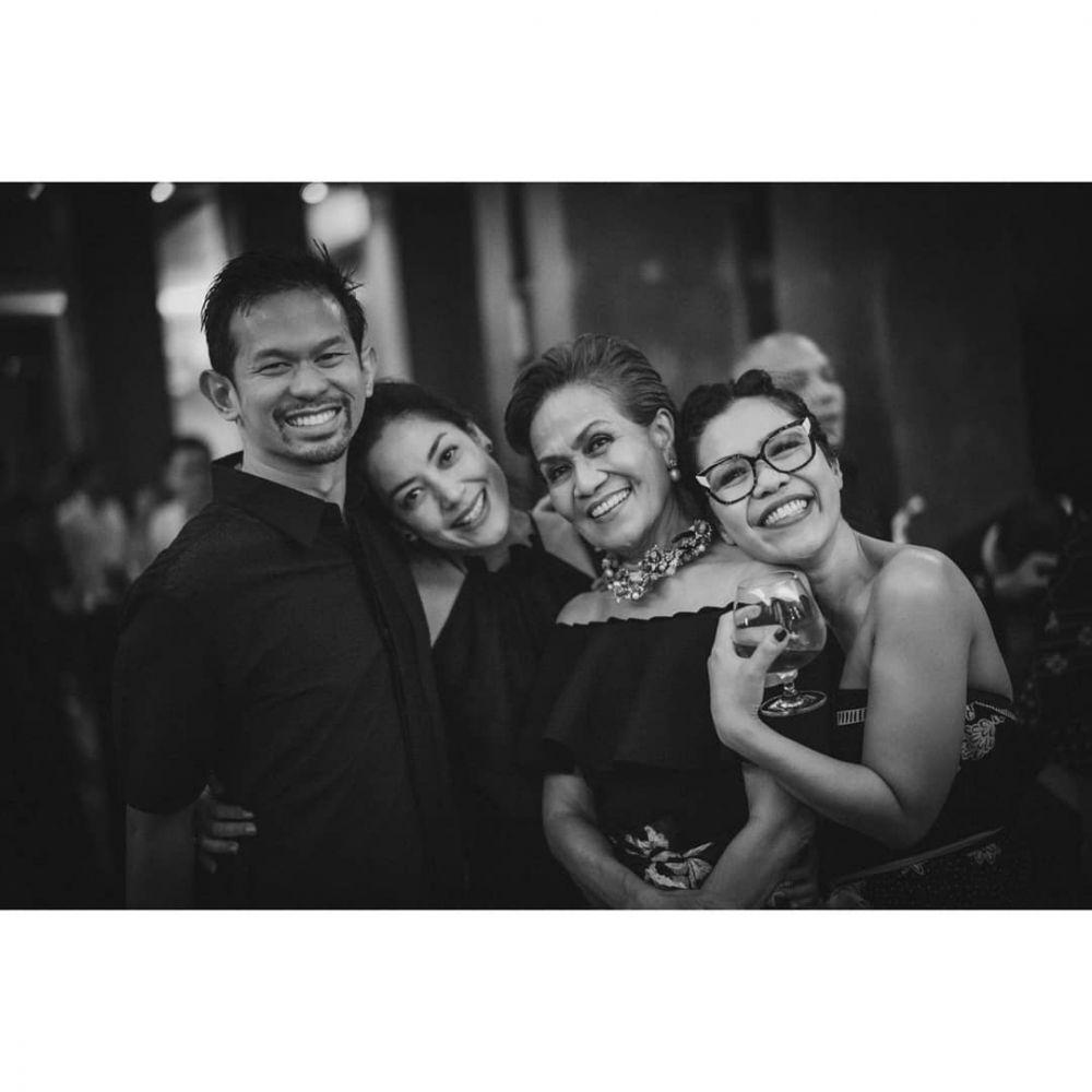 Potret pelukan Lulu Tobing dan suami   Instagram