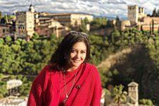 5 Gaya Bella Shapira saat di luar negeri, pakai sandal jepit