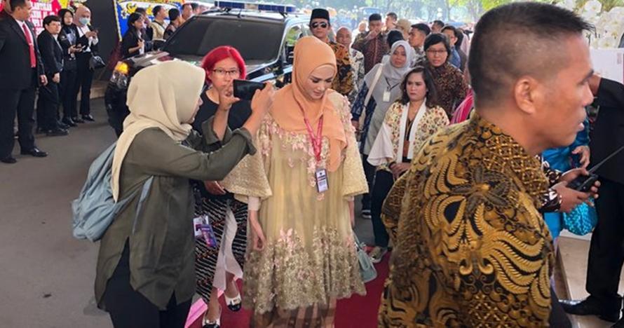 Dilantik jadi DPR, ini potret Mulan Jameela pakai baju adat Bugis