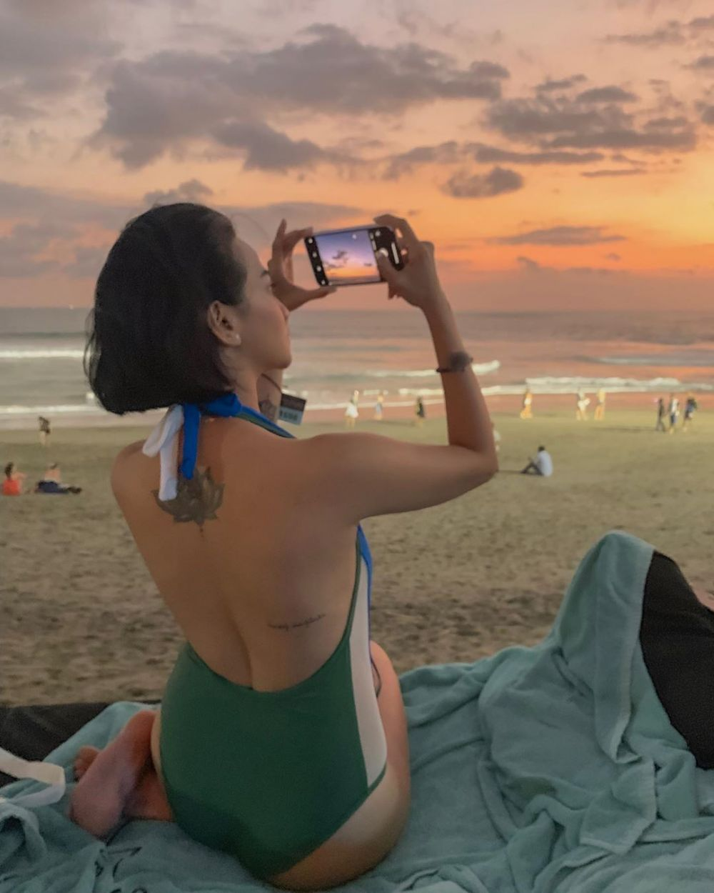 Gaya Vanessa Angel di pantai ini tuai kritik Instagram