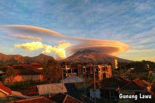 Gunung Lawu diselimuti awan bertopi, keindahannya bikin terpana