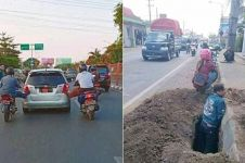 10 Potret kerja sama pengendara motor di jalan raya ini absurd abis