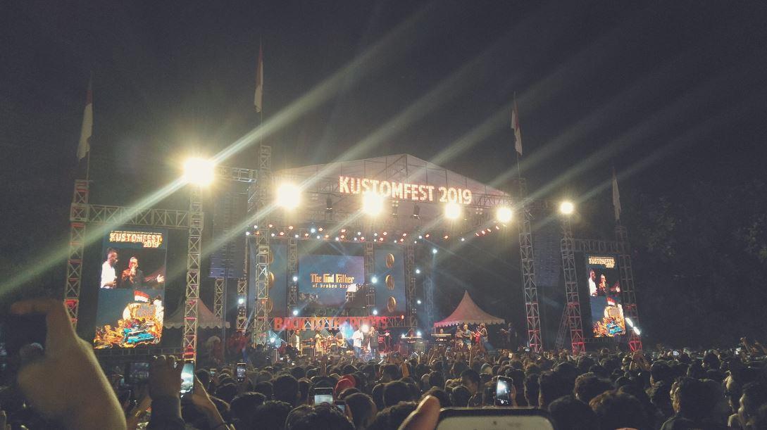 Aksi memukau Didi Kempot duet bareng pesepak bola di Kustomfest 2019