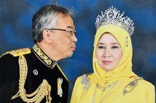 Momen Raja Malaysia ingin cium istrinya ini bikin gemas