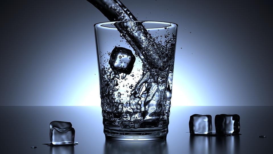 Minum air putih dingin bisa bikin gemuk? Ini faktanya