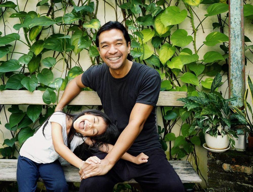 Dimas Djay momong anaknya © 2019 instagram.com