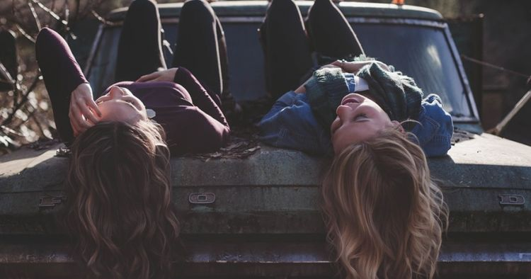 40 Kata Kata Sedih Buat Sahabat Paling Menyentuh Hati