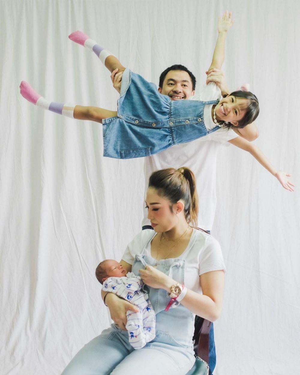 7 Momen manis Ayu Dewi bareng keluarga pasca melahirkan Instagram/@mrsayudewi