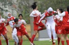 Jilbabnya terbuka, pesepak bola wanita ini dilindungi 5 lawannya