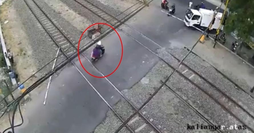 Emak-emak ini tabrak pintu perlintasan kereta api hingga copot