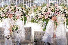 10 Momen Ega & Rafly D'Academy buka kado nikah, penuh kejutan