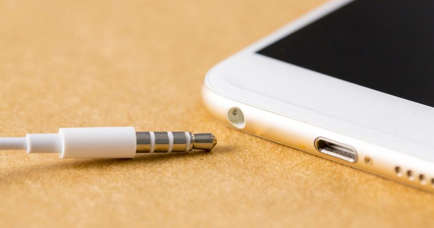 Cara bersihkan colokan headphone di smartphone, mudah & ampuh