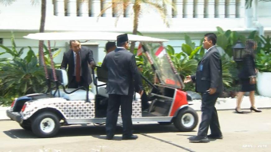 Prabowo didampingi anaknya saat dilantik menteri © 2019 berbagai sumber