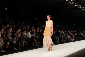 Kolaborasi 2 desainer Indonesia bareng brand minuman di JFW 2020