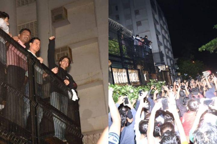 10 Momen ultah Shah Rukh Khan ke-54, fans tunggu di depan rumah