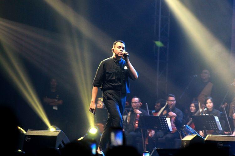 Tulus sukses menghibur ribuan penonton di konser Festival Sewindu