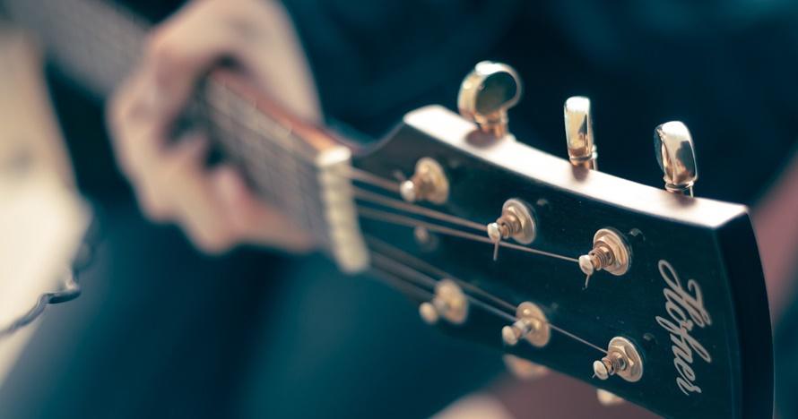 10 Cara bermain gitar bagi pemula, mudah dan cepat bisa