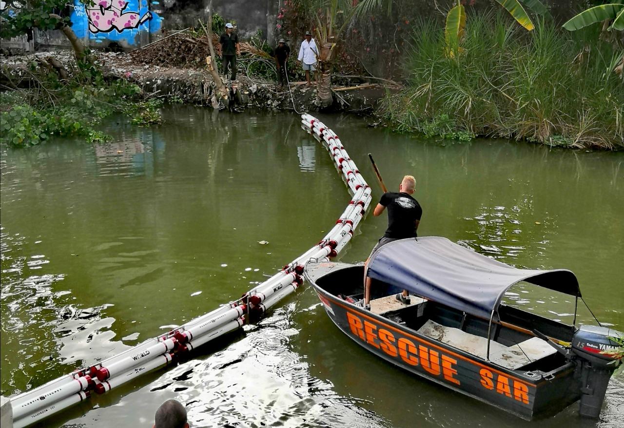 Jaga lingkungan sungai Bali, perusahaan minuman buat jebakan sampah