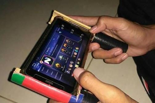8 Kelakuan orang gunakan gadget ini bikin tepuk jidat
