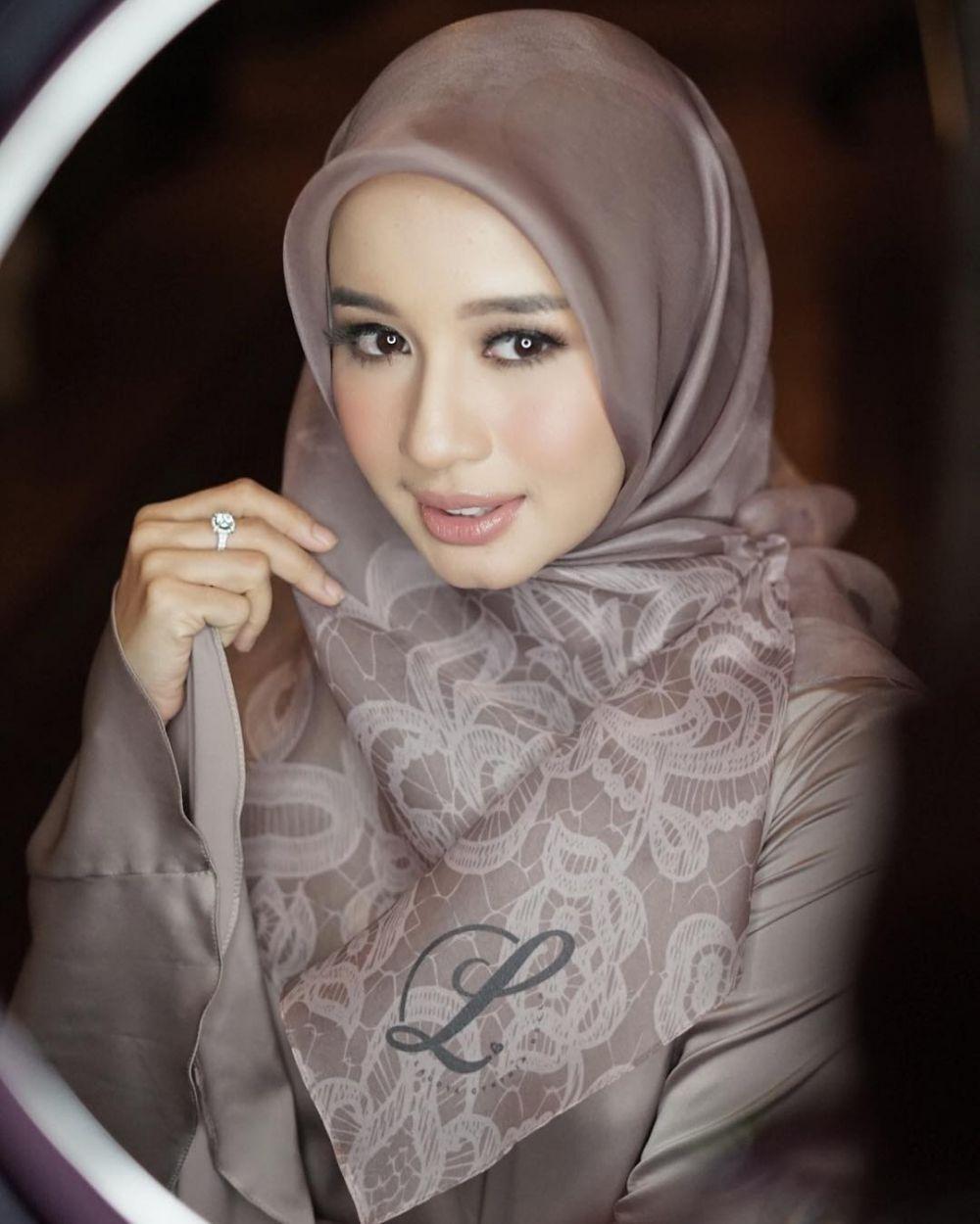 11 Cara memakai jilbab segi empat untuk resepsi