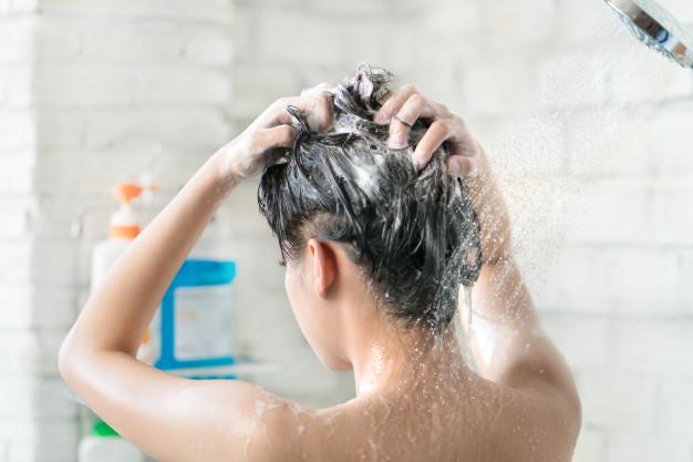 Penyebab rambut rontok setelah melahirkan & cara mengatasinya freepik.com