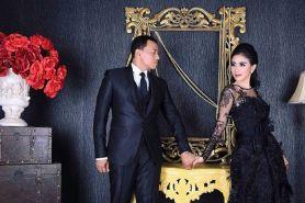 Pemotretan keluarga, Uut Permatasari pakai gaun pengantin lama