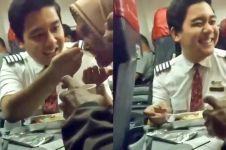 Viral video pramugara pesawat suapi penumpang lansia, bikin haru