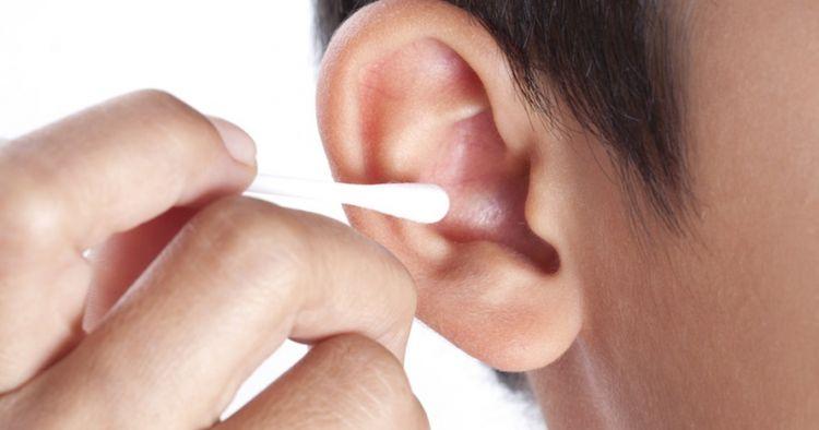 6 Cara membersihkan telinga, benar & aman tanpa cotton bud