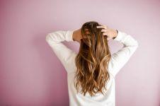 10 Penyebab rambut rontok dan cara mengatasinya
