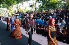 Unik, Banyuwangi sulap trotoar jadi catwalk fashion show batik