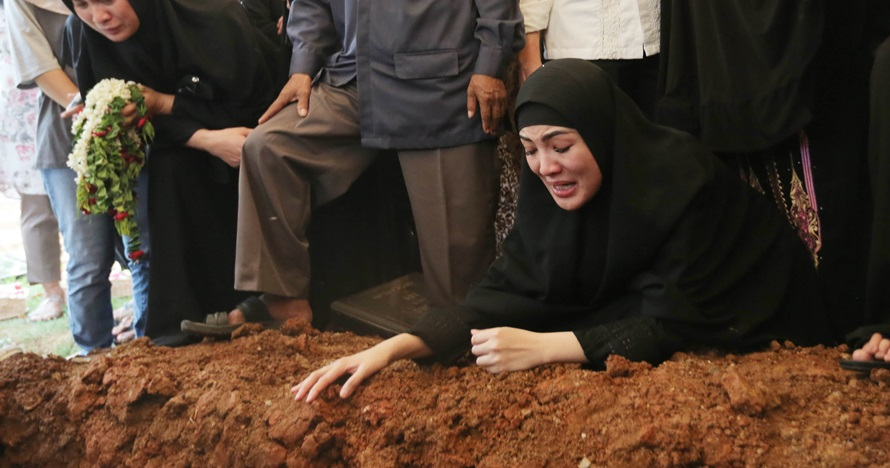 Momen duka Nindy di pemakaman ayahanda, banjir air mata
