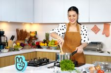 Selain bersuara merdu Raisa bisa masak lho, begini aksinya di dapur