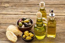 10 Manfaat minyak zaitun untuk wajah dan cara memakainya