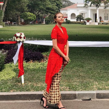 Gaya 9 seleb blasteran berkebaya, pesona perempuan Indonesia