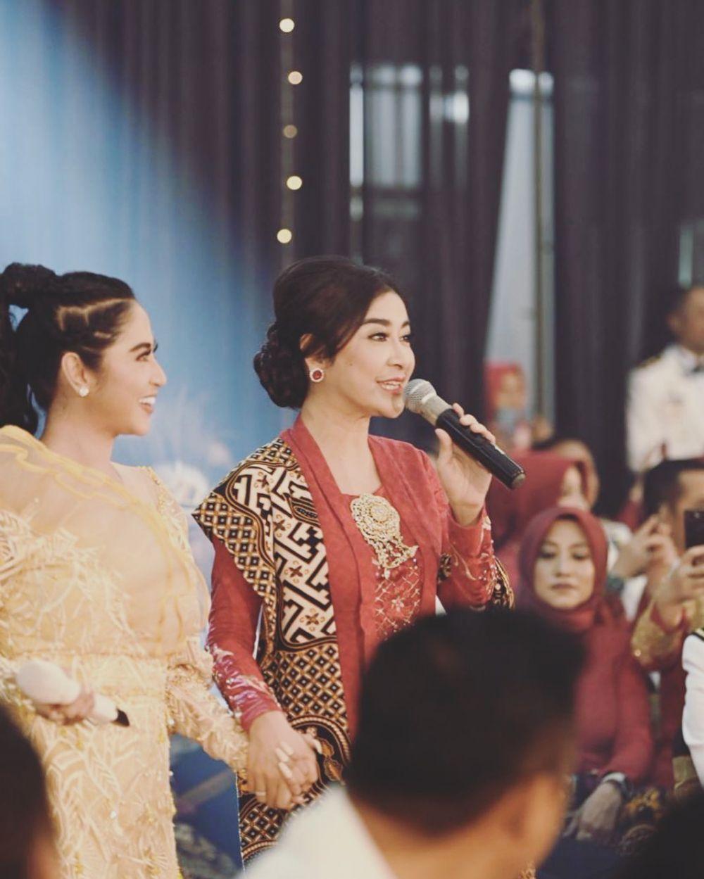 Uut Permatasari dan Dewi Perssik manggung bareng Instagram