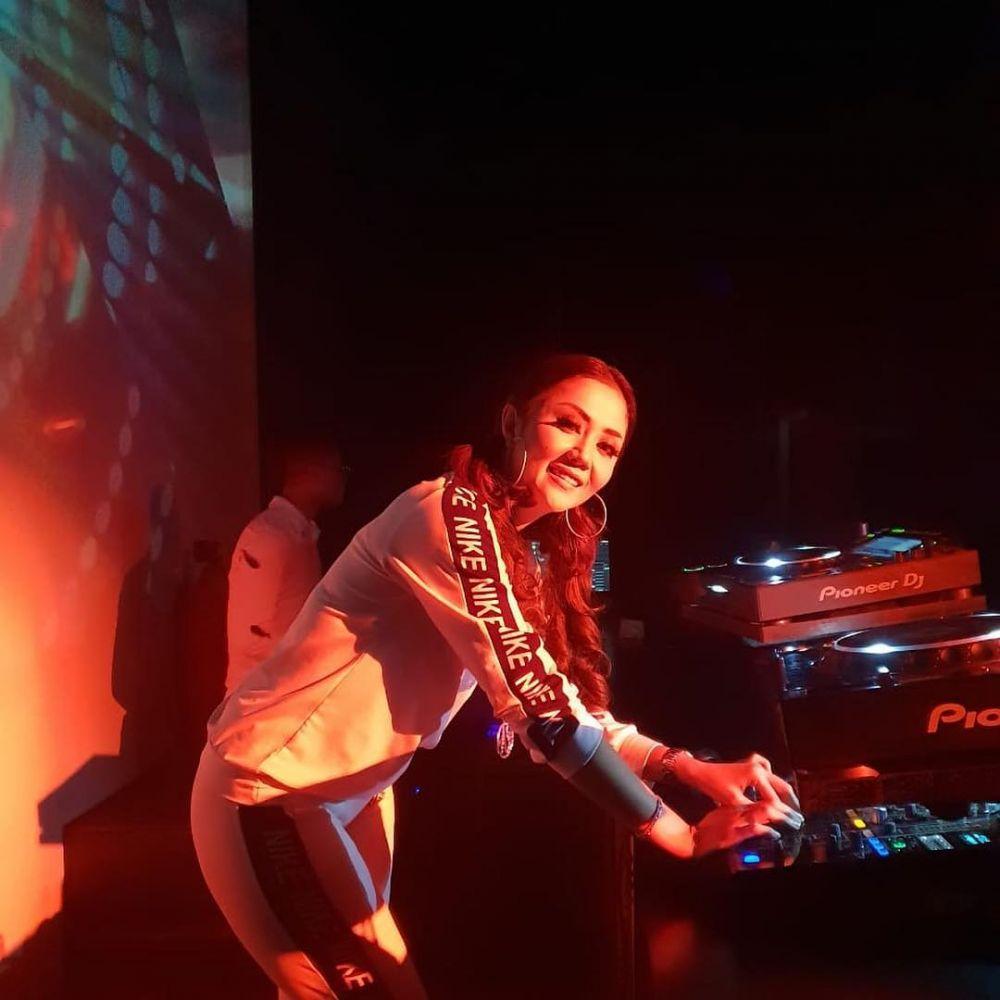 gaya Aida Saskia saat nge-DJ © 2019 instagram.com