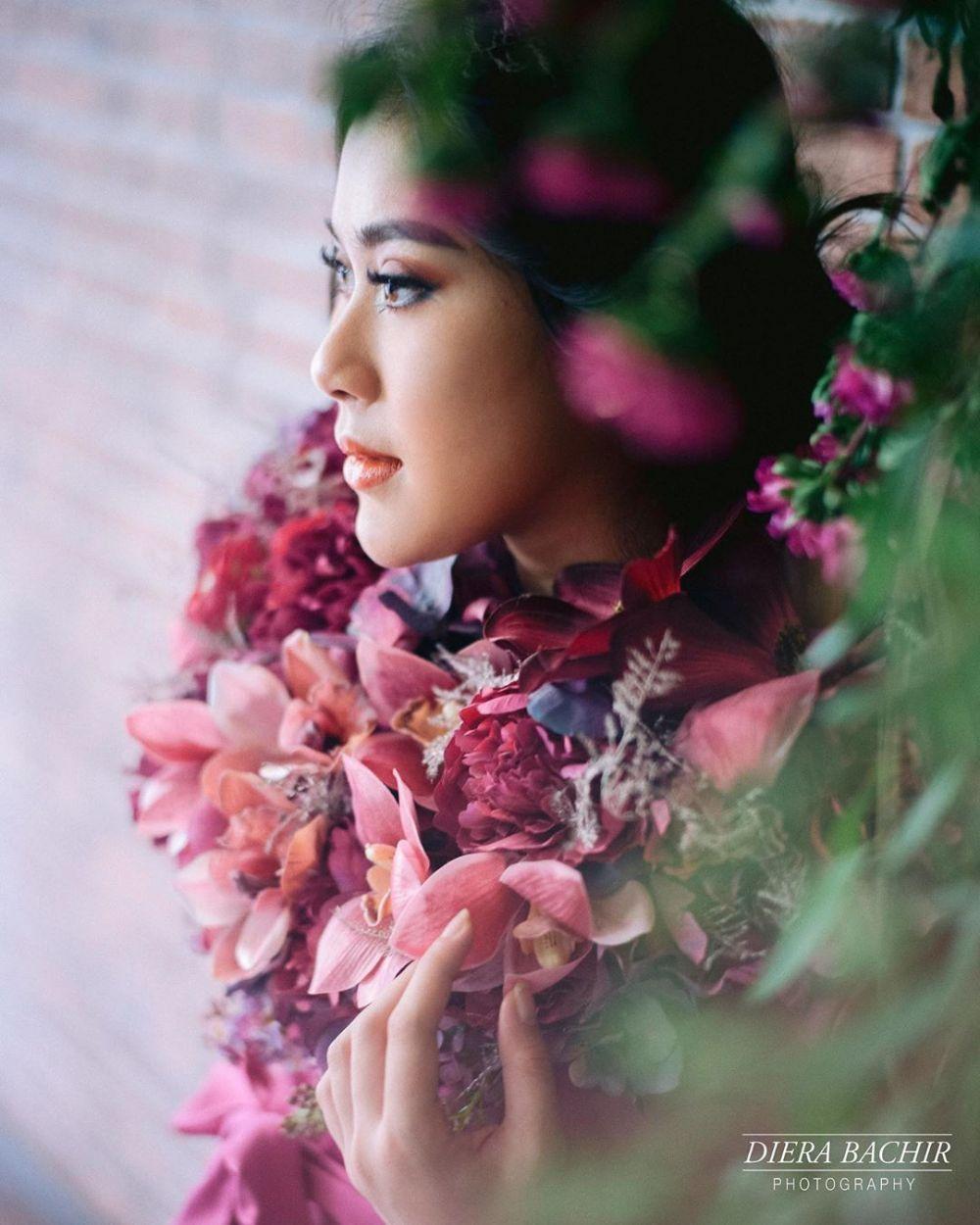 8 Potret Maternity Syahnaz Bertema Taman Bunga Anggun Abis
