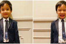 6 Potret balita anak seleb pakai jas, karismanya bak dewasa